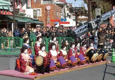 折り返しの中継ポイント浅草雷門前では、伝統芸能も(東京大マラソン祭り2009)