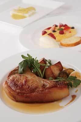「吉田さん家の豚 骨付きロース肉のロースト」(2625円)など料理は季節により異なる(AUXAMIS 59)
