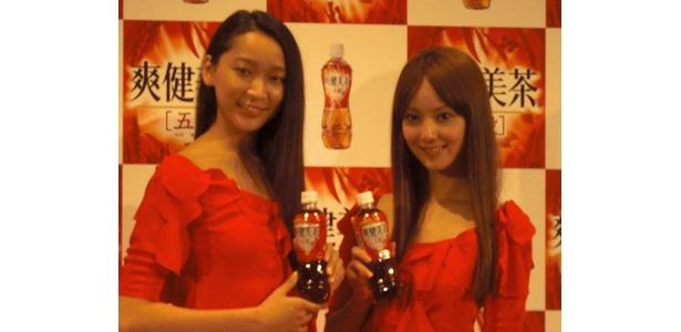 赤い美女と赤いお茶