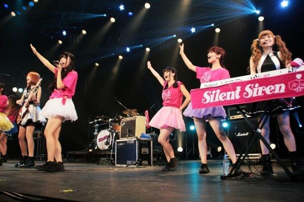 PASSPO☆とSilent Sirenがコラボし、PASSPO☆が女性グループ史上初のオリコンウィークリーシングルチャート初登場1位の快挙を成し遂げた「少女飛行」を13人で熱唱!