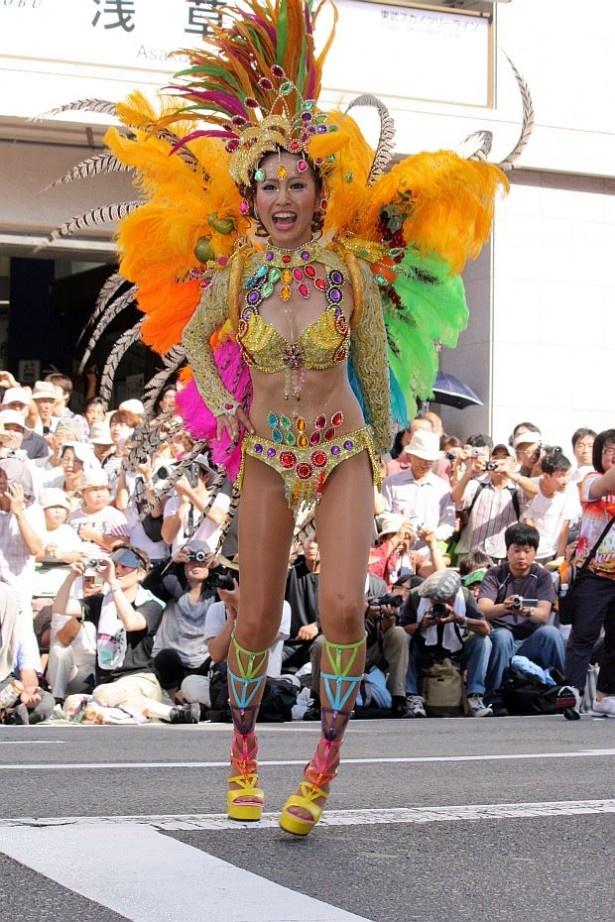 浅草サンバカーニバルの様子。華やかな衣装&情熱的なダンスで50万人の観客を魅了した