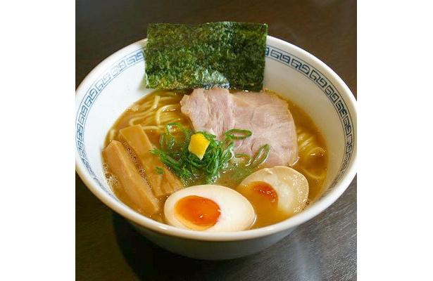 【らーめん はやし】「味玉らーめん」(¥800)。上品な鶏のうま味ととろみに、魚介の優しくも主張の強い味わいと柚子風味がバランスよく合わさっている