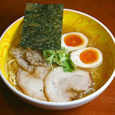 【いちばんや】「しろ醤油三種入りラーメン」(¥980)。米、大麦、塩が原料の「米しろ醤油」を用いた一杯。栃木産の安心鶏の玉子も美味