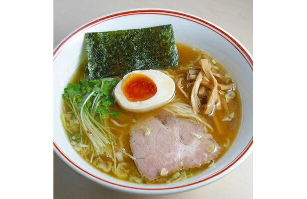 【あぢとみ食堂】「正油細麺」(¥680)。鶏のうま味とさわやかな魚介テイストがじんわりと合体した一杯。のど越しのよい、するりとした細麺の口当たりもいい