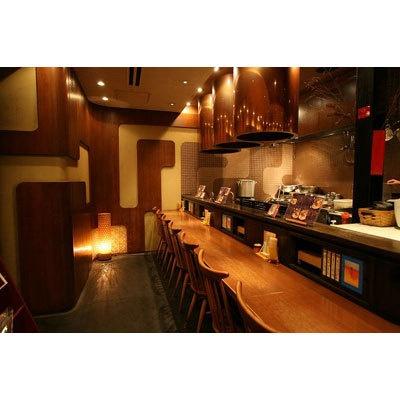 【いちばんや】空間デザイナー森井氏がデザインした店内は、安心な厳選食材や真剣さがそのまま表れた和風モダンな雰囲気。清潔感にもあふれている