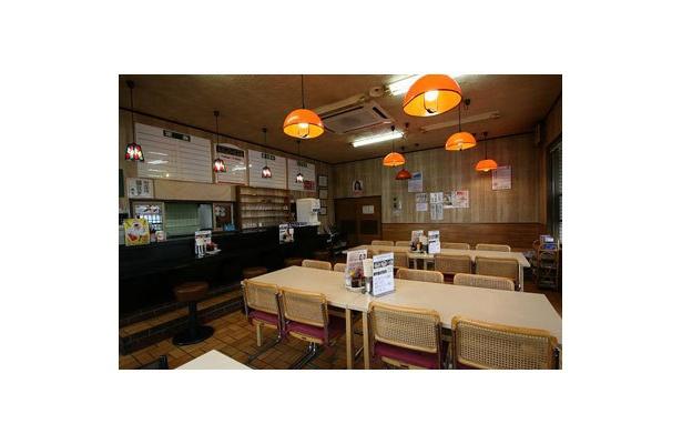 【あぢとみ食堂】テーブル席などが並ぶ店内は、まだ食堂の雰囲気も。駐車場も広く、店内もゆったりとした空間で、家族連れでも気軽に寄れる