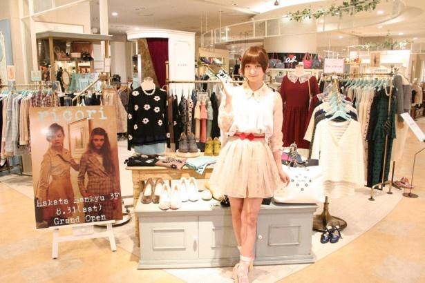「ricori」の服に身をつつみ、「透け感とそでのリボンがポイントです」とアピールする篠田