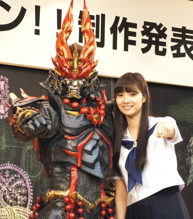 光人・ゴウと新川優愛(写真左から)