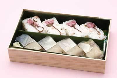 弁当もサクラだらけ!「桜と鯖の押し寿司詰め合わせ」(1260円)は、目と舌で味わって。