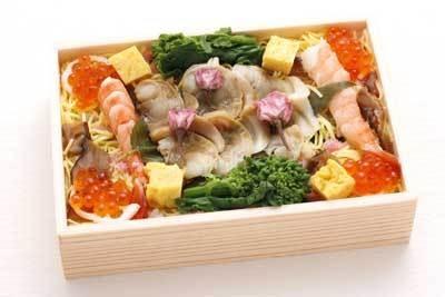 ハマグリ・エビなどの海鮮がたっぷりつまった知床鮨の「華ちらし」(1050円)