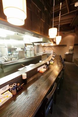 麺屋 和利道の店内は厨房が見渡せるカウンターのみ