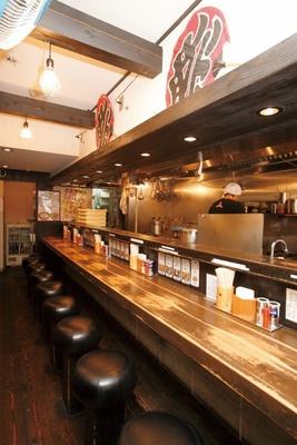 1Fのカウンター席は女性客も多い三田製麺所 三田本店