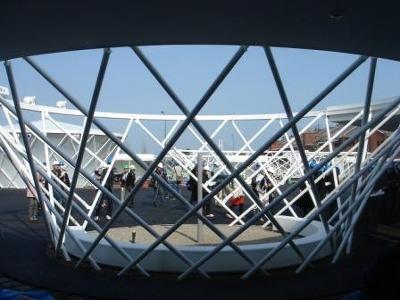 """エリアには、""""円環""""と呼ばれる特徴的な建物が散在する"""