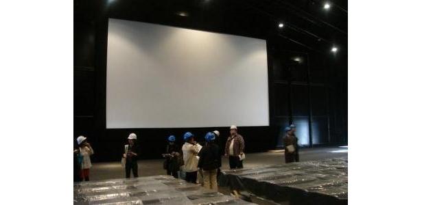 約500インチの大スクリーンのある「未来シアター」内部