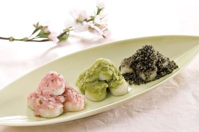 「菓遊庵」に初登場する、新潟「羽入」の春の三色だんご(735円)