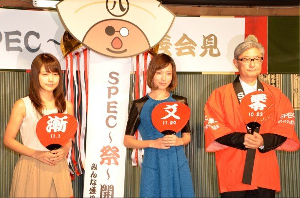 タイトルが書かれた3種のうちわを持って「SPEC~祭~」をアピールする(左から)有村架純、戸田恵梨香、堤幸彦監督