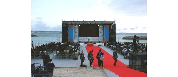 さすが沖縄、ステージ裏はなんと海!