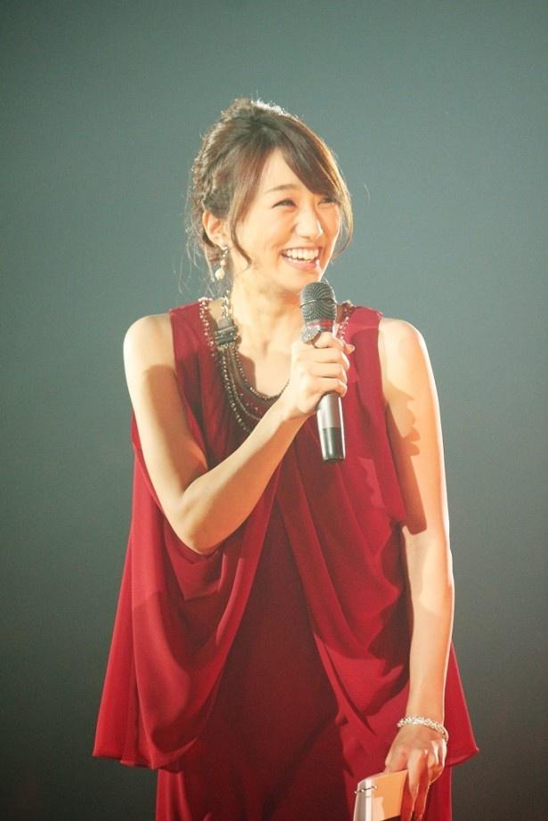 赤いドレスの松村未央