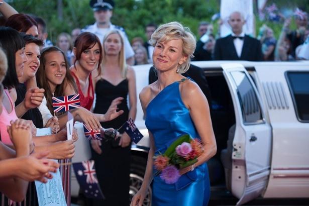 ヴェルサーチはダイアナが実際に着用したブルーのワンショルダードレスを提供
