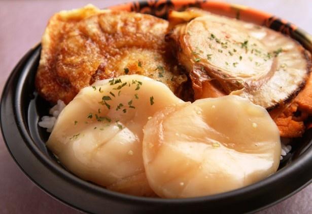 大阪会場に登場する、巨大なホタテがインパクト大の北海道の「別海ジャンボホタテ三色丼」