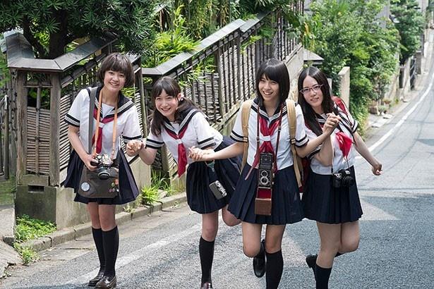 カメラを持ったセーラー服女子が瑞々しい!写真は田中美麗が主演を務める『写真って何?』のワンシーン