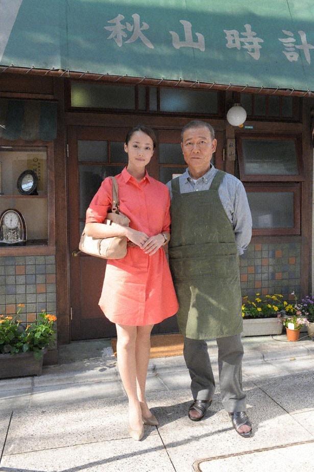 SPドラマ「時計屋の娘」(TBS系)では、ごく普通の女性・リョウ(沢尻エリカ・左)と時計店を営む秋山(國村隼・右)の心の交流が描かれる