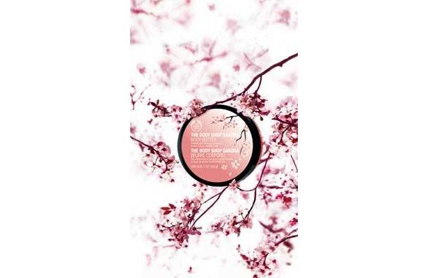 和テイスト&ピンクのパッケージも桜ならでは! サクラ シリーズ ボディバター 3150円/ザ・ボディショップ