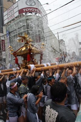 神輿に清めの水をかける