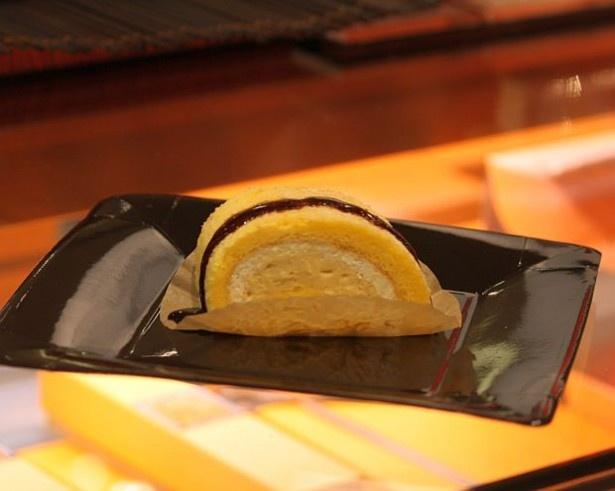 トウキョウ ラトリエ ドゥ シュクルの新ロールケーキは黒蜜をかけるスタイル