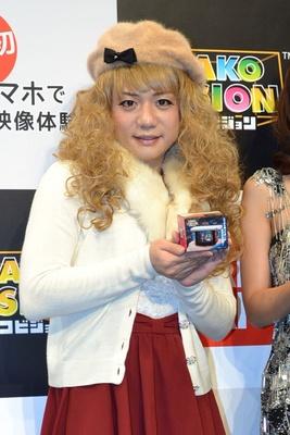 女装姿で登壇した、かもめんたるの槙尾ユウスケさん