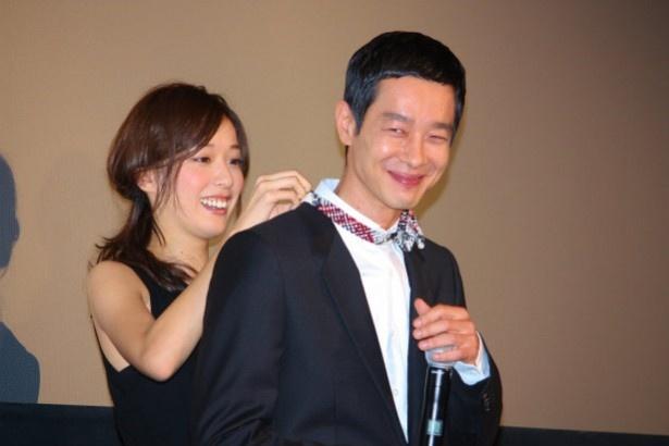 戸田恵梨香に蝶ネクタイを付けてもらい、うれしそうな加瀬亮