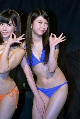 アイドルの穴ポーズを披露する権藤さん
