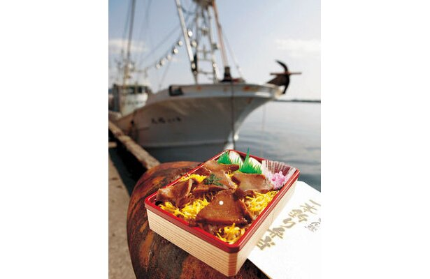 「ぶるぺん」枕崎ぶえん鰹一本釣り弁当 ¥1050/一本釣り漁船で釣り上げたカツオを、照焼き風に仕上げた人気弁当※実演初登場
