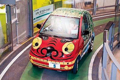 小型電気自動車の自動走行体験「E-comライド」(200円)