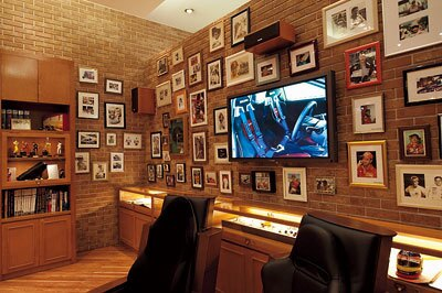 歴史に名を刻むドライバーの写真が飾られた「GPメモリアルラウンジ」