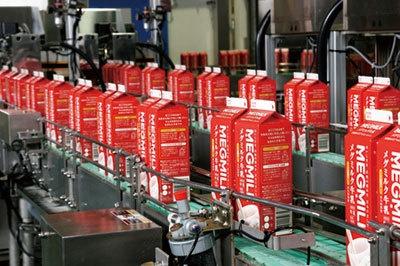 牛乳のパック詰め作業(日本ミルクコミュニティ海老名工場)