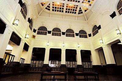 優美な内装の旧営業場(日本銀行本店)