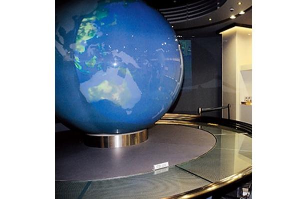 宇宙から見える地球をリアルに投影した「地球スクリーン」(東芝科学館)