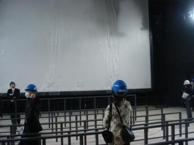 白壁のように思える大きな約540インチの大画面