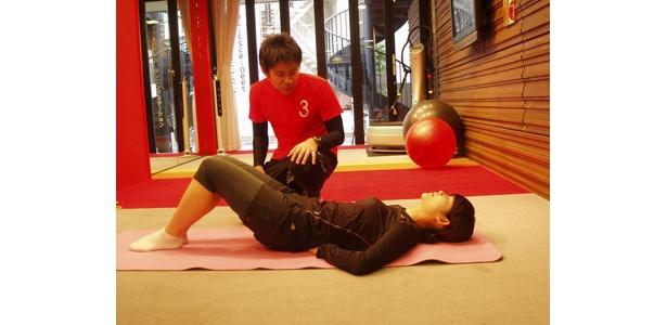 地味だけどキク…腹筋運動。通常の上半身をおこす腹筋では鍛えられない奥の部分を鍛えてます