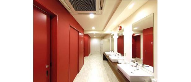 スタジオのシャワー&ロッカールーム。シャワールームは脱衣場まで完全個室。人気のアロマブランド「ラ・カスタ」製品がそろっています