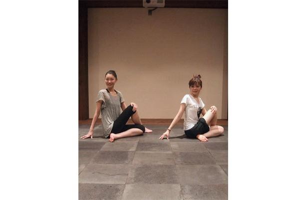 両脚を右にくずして横座りし、右脚を立てひざにして、左脚の外側に置く。左手で右脚を抱きしめ右手を腰の後ろにつ