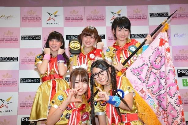 「U.M.U AWARD 2013」でご当地アイドルの頂点に立った水戸ご当地アイドル(仮)の(写真前列左から)さゆみん、かほっほ、(後列左から)りーりん、まりなっぴ、ほなみ