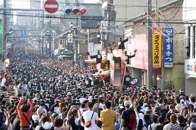 7月20日に行われた宮本町の新調入魂式の様子。だんじり祭の本番はこれ以上の人で大いに盛り上がる!