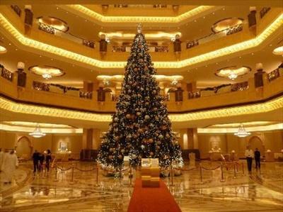 アブダビの高級ホテル「エミレーツ・パレス・ホテル」にある世界最高額のクリスマスツリー