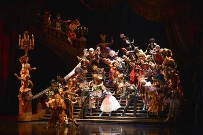 19世紀のオペラ座を再現した豪華なセットと衣装