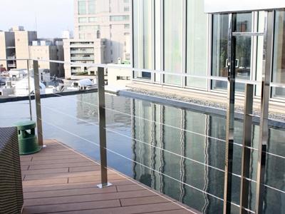 「TWO ROOMS GRILL/BAR」のテラス席周りには水辺が…