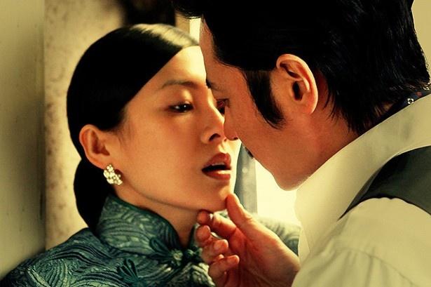 【写真を見る】チャン・ツィイーとチャン・ドンゴン。豪華俳優陣が官能的な愛のゲームを繰り広げる『危険な関係』