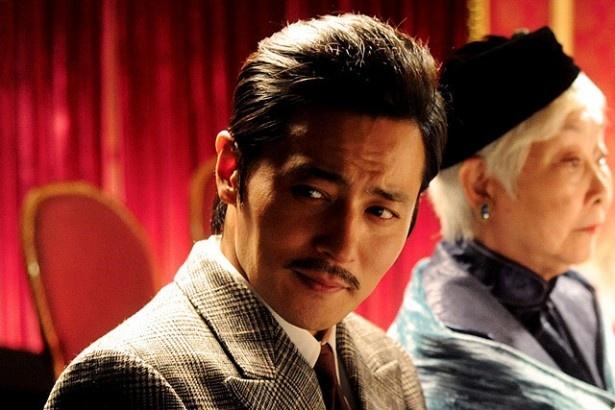 裕福なプレイボーイのイーファンを演じるチャン・ドンゴン