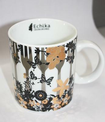 蝶が飛ぶデザインもかわいい。内側にはさりげなく「Echika」のロゴが(マグカップ裏)